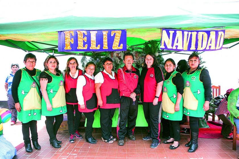 Profesoras guías del Kinder Sumaj Rijchariy (uniforme verde) y profesores del Monte Cristo.