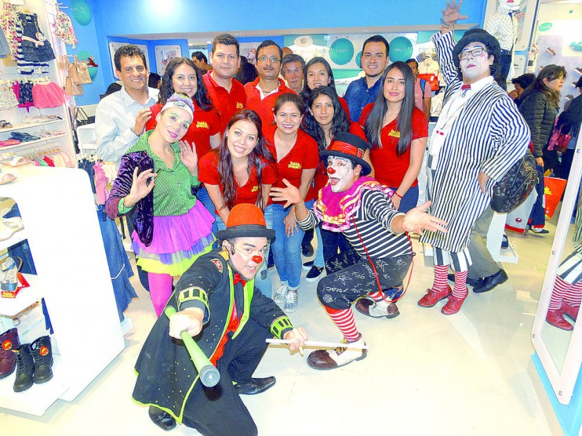 El equipo Bubble Gummers junto al Circo Teatro Gelatina.