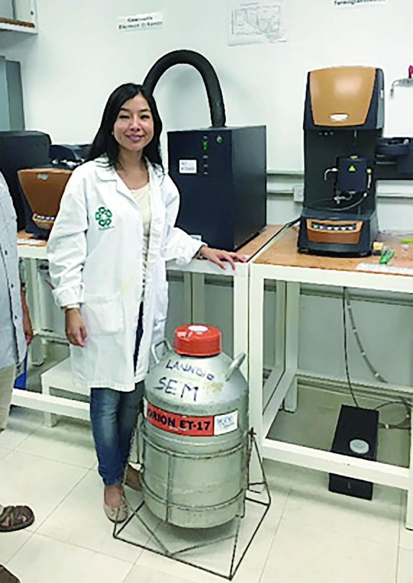 Carla Grandón en el laboratorio de Microscopía Electrónica de Barrido (MEB) en el CINVESTAV, Mérida – México.