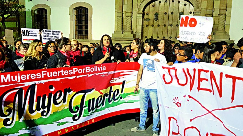 PROTESTA. Las plataformas de mujeres y jóvenes coincidieron en la plaza 25 de Mayo.