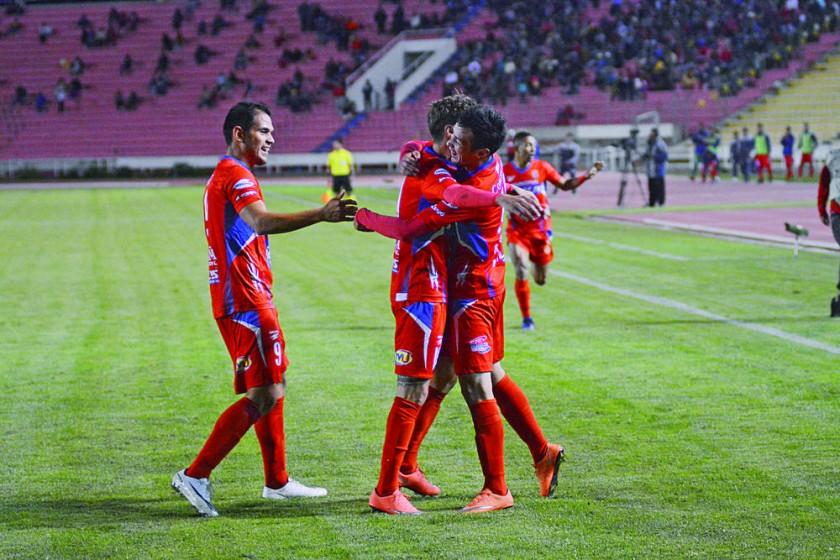 Dustin Maldonado (d) celebra con sus compañeros el primer gol de Universitario anoche, sobre Nacional Potosí, en el...