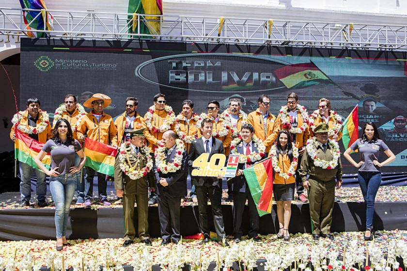 El Team Bolivia junto con los representantes de la ASO y las autoridades municipales y nacionales en el lanzamiento...