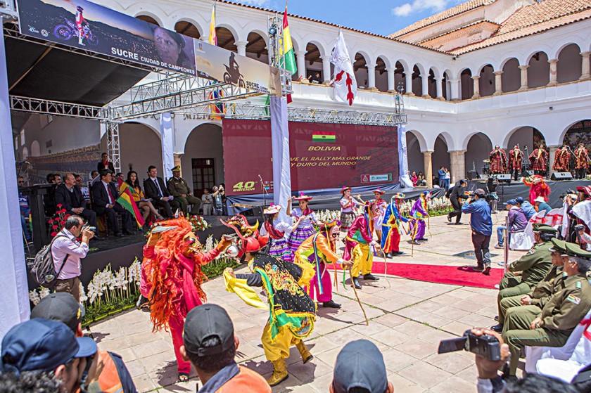 La danza no faltó en el lanzamiento del Dakar 2018 en Bolivia.