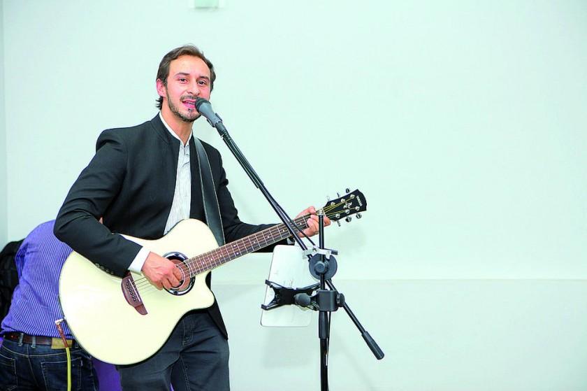 """Mauricio Cassis interpretó los temas más recordados de """"The Beatles""""."""