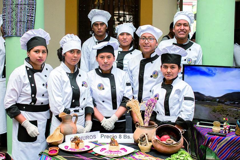 Grupo Urus con el plato Quinuros.