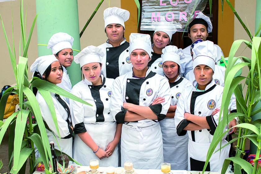 Grupo Los More Chapacura con sorbetes de frutas congeladas.