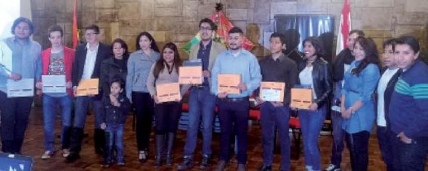"""El jurado junto a los ganadores y organizadores de """"Capturando los Paisajes de Mi Ciudad""""."""