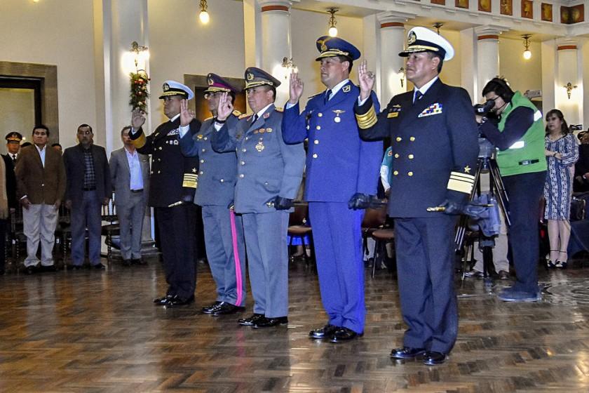 RELEVO. El Presidente posesionó a los nuevos jefes militares de las Fuerzas Armadas en un acto realizado en Palacio...