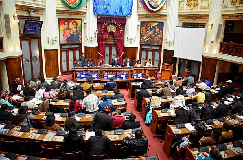 SESIÓN. Asambleístas en el hemiciclo aprobaron el informe conclusivo de la Comisión.