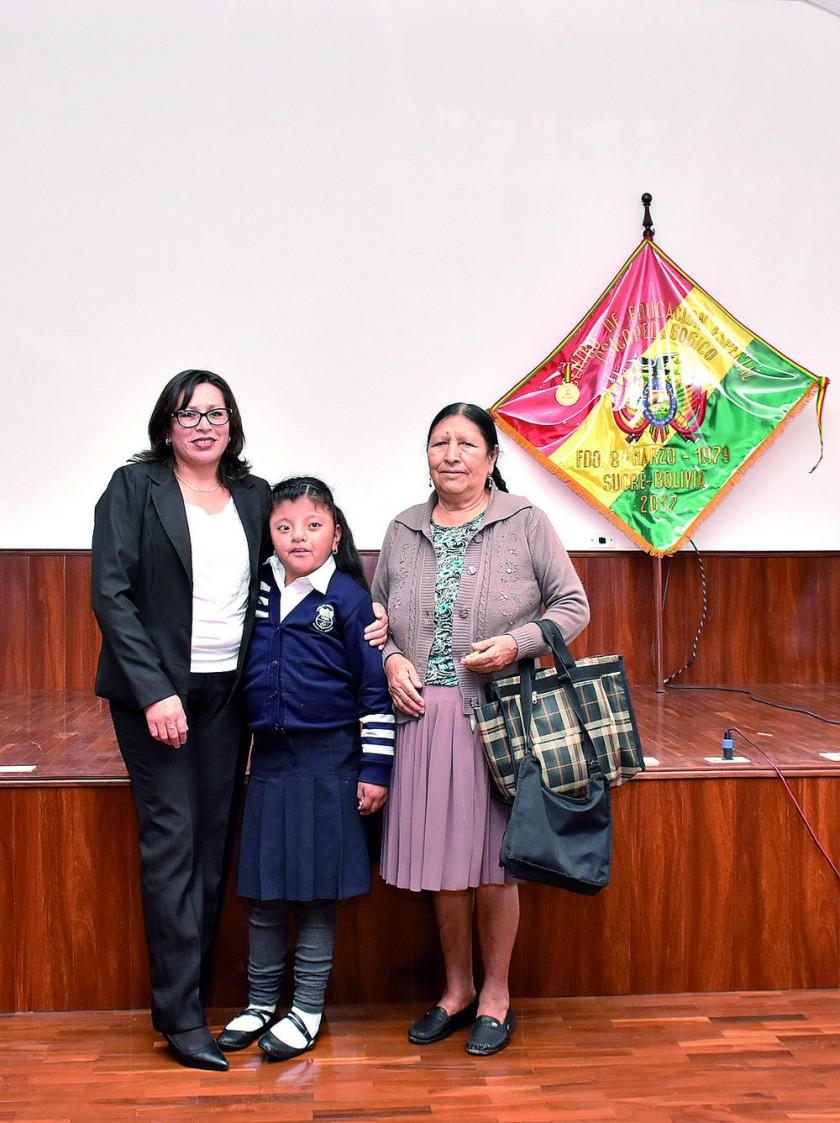 Shirley Sanabria y la estudiante Aylen Quispe acompañada de su abuelita.