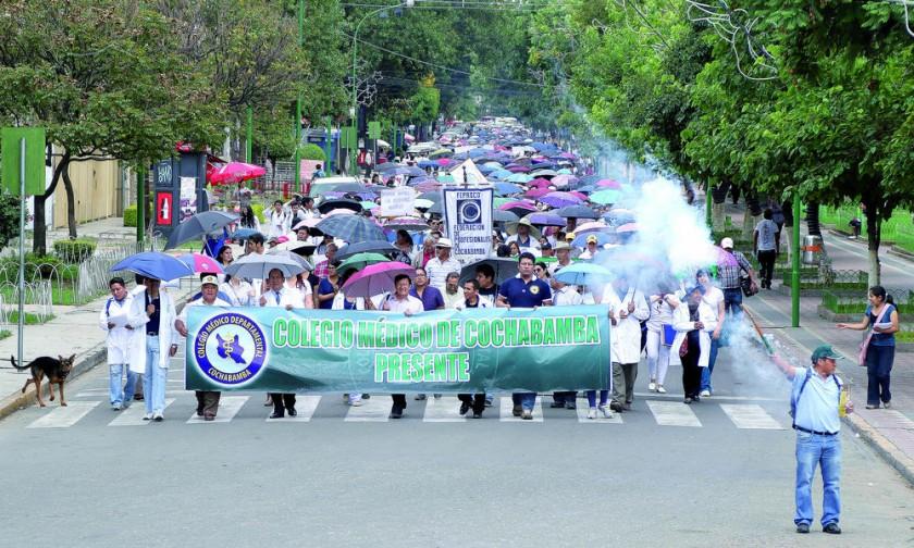 COCHABAMBA. Una multitud pidió ayer la abrogación de normas y la renuncia de la Ministra.