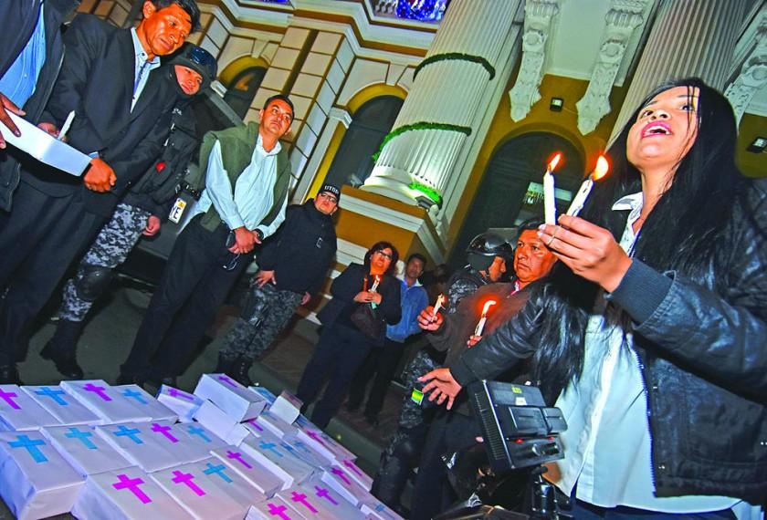 LA PAZ. En puertas del Senado, hubo protestas contra la ampliación de causales del aborto dentro del nuevo Código Penal.