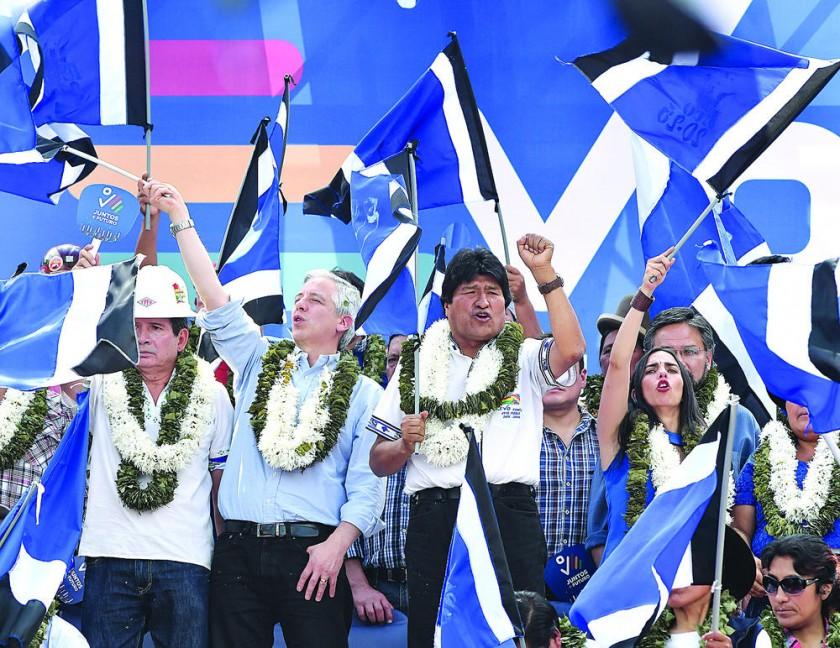 ELECCIONES. Una multitud de militantes y afines al oficialismo proclamó ayer al presidente Evo Morales en Cochabamba.
