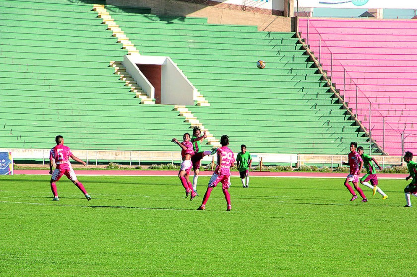 Los conjuntos chuquisaqueños golearon ayer a sus pares de La Paz, en el estadio Patria.