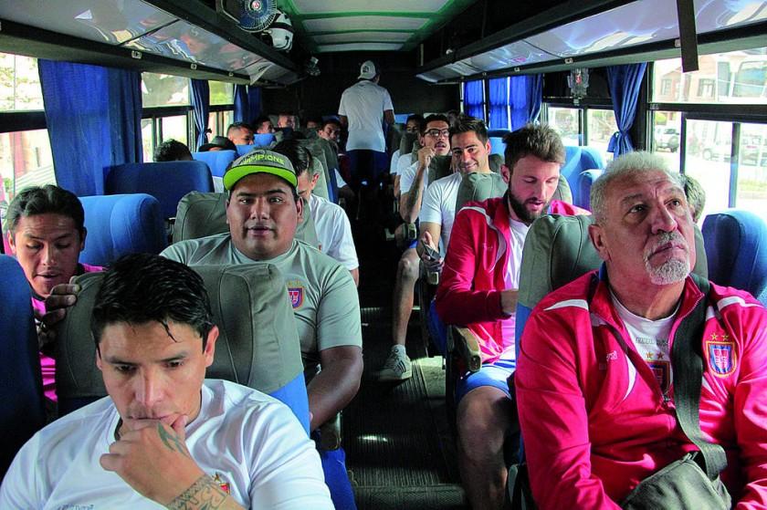 La plantilla de Universitario se ausentó ayer a La Paz, donde esta tarde enfrentará a Bolívar, por la última fecha...