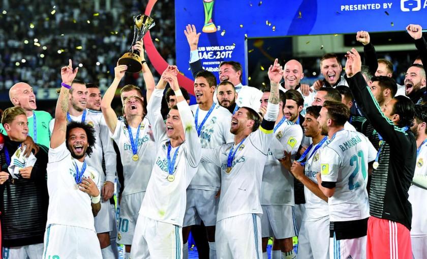 Los jugadores del Real Madrid celebran el título conseguido ayer en Emiratos Arabes, sede del Mundial de Clubes.