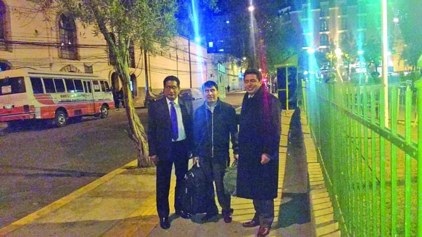 LIBRE. Damián Condori posa junto a los abogados que lo ayudaron en La Paz, tras dejar la cárcel San Pedro.