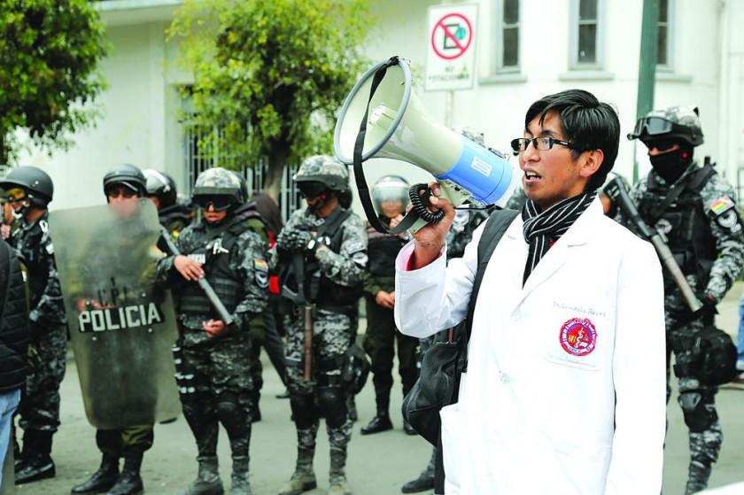 PROTESTA. Una marcha en El Alto y el primer piquete de huelga de hambre en Sucre.