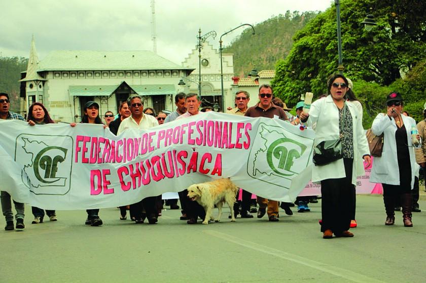 SUCRE. La marcha de protesta organizada ayer por el Colegio Médico de Chuquisaca, que se moviliza casi diariamente...