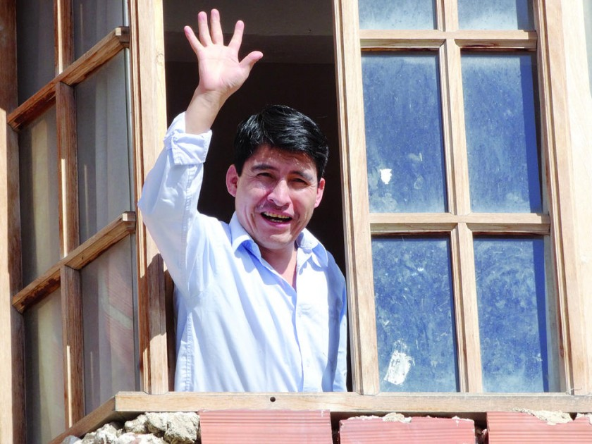 EN CASA. Damián Condori saluda desde su casa, tras llegar a Sucre y ser recibido por su gente.