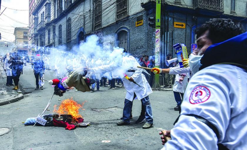 LA PAZ. El violento enfrentamiento que protagonizaron médicos, estudiantes y policías terminó con dos arrestados y...