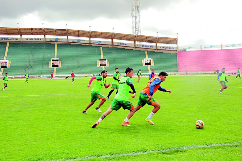Universitario cerró sus prácticas ayer por la mañana en el estadio Patria y por la tarde se ausentó a Cochabamba.
