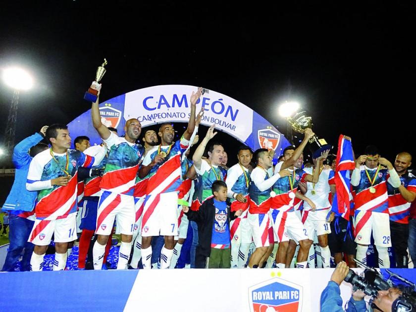 Los integrantes del plantel de Royal Pari festejan tras obtener el boleto a la División Profesional del Fútbol Boliviano