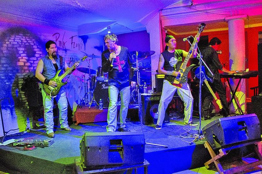Odair Cassani, junto a la banda The Haters.