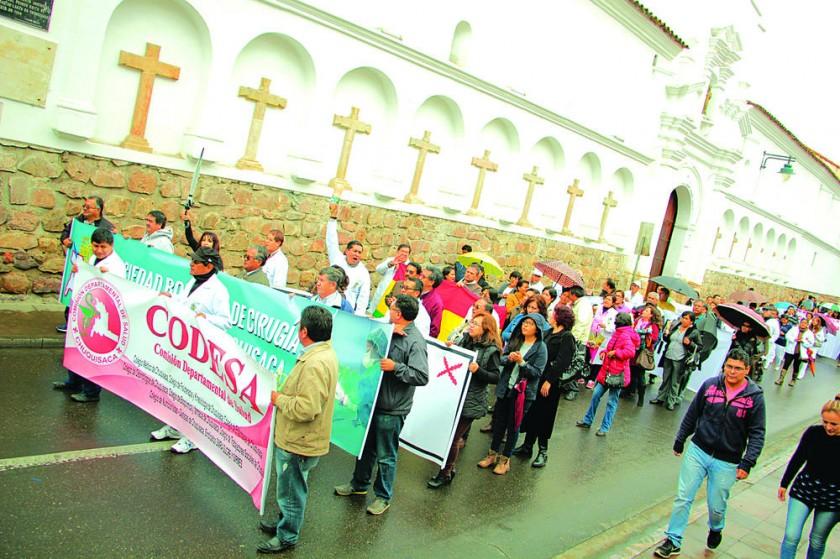 PROTESTAS. Una imagen de la marcha de los médicos por las calles de la Capital.