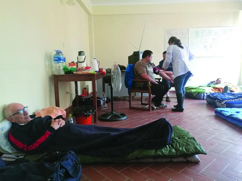 HUELGA. El piquete que se instaló en el Colegio Medíco de Chuquisaca, ayer.