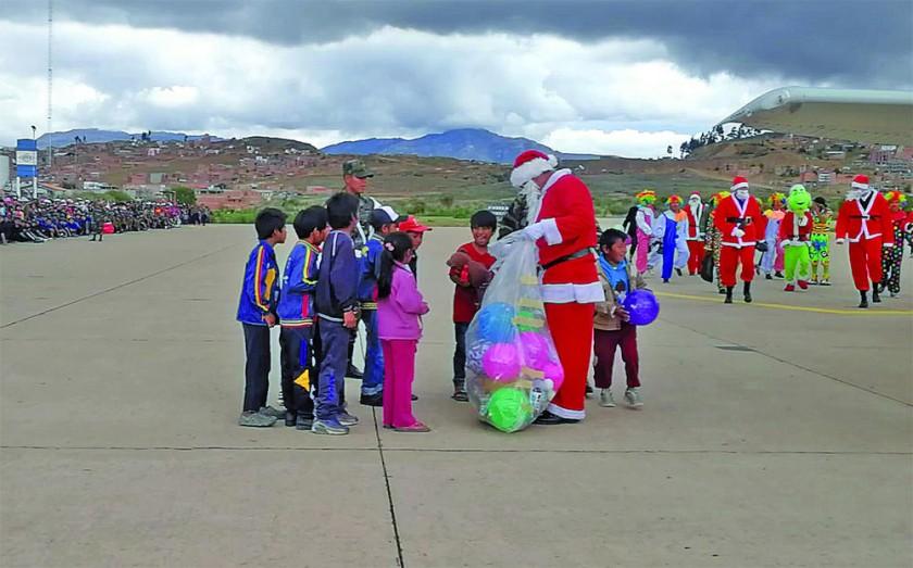 NIÑOS. La Fuerza Aérea Boliviana trajo a Papá Noel en una avioneta.