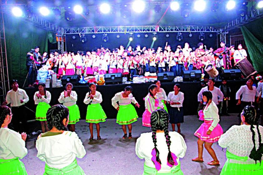 ALEGRÍA. Las agrupaciones que participaron en la Entrada Navideña demostraron su habilidad en el baile del chuntunqui.