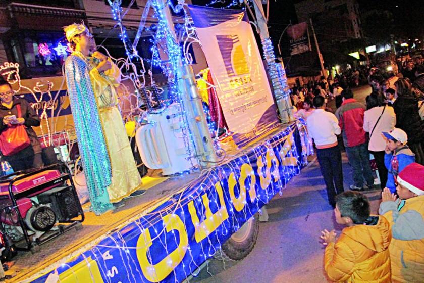 PRESENTACIÓN. La carroza de CESSA llevó a los tres Reyes Magos.