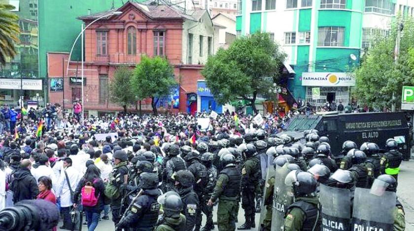 TENSIÓN. El resguardo policial frente a los manifestantes en La Paz.