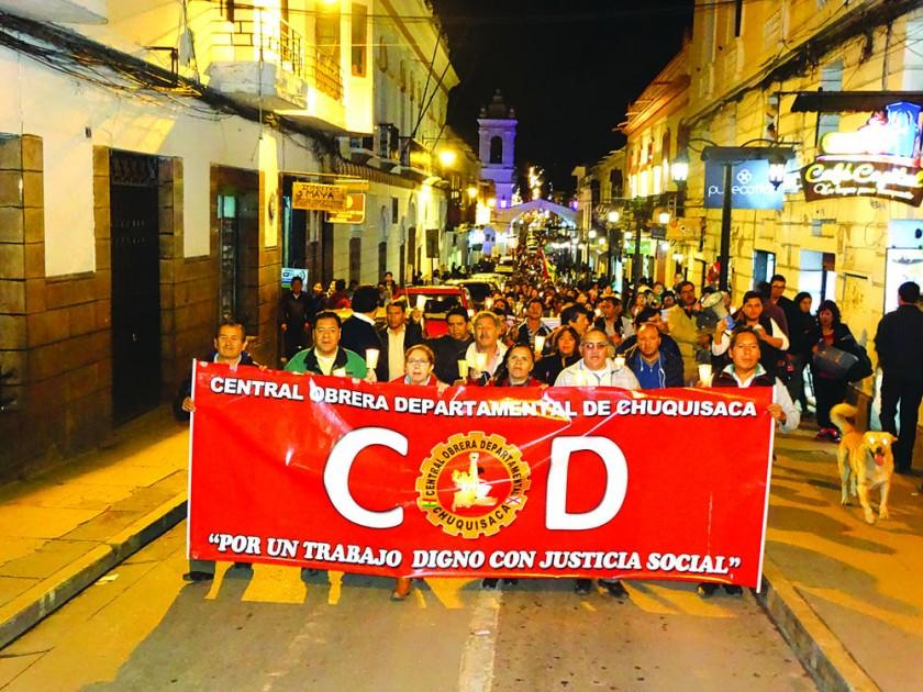 SUCRE. La protesta organizada por la Central Obrera Departamental (COD), recorrió el centro de Sucre, anoche.