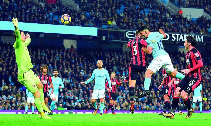 Sergio Agüero conecta de cabeza para marcar el tercer gol en la goleada del Manchester City.