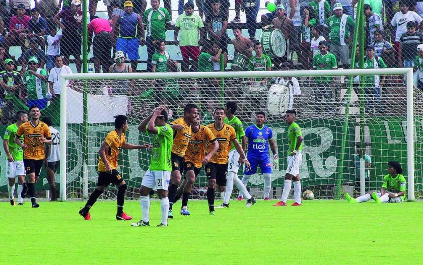 Los canarios golearon ayer a Petrolero, en el partido de ida del ascenso-descenso de categoría jugado en el estadio...