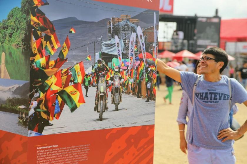Los vehículos se someten a revisiones; en el Dakar Village, se exhiben las mejores fotografías del Rally.