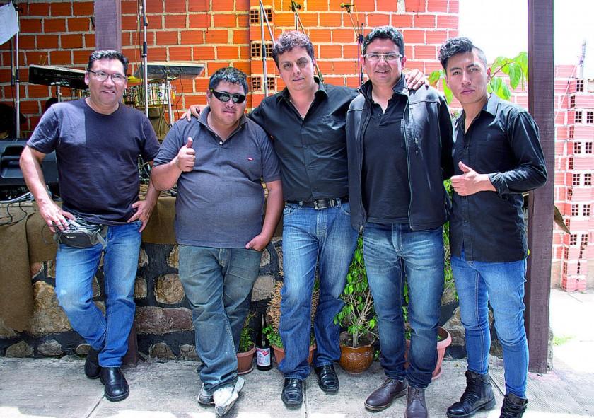 Armando Martínez, propietario de restaurant Cuchifus, junto al grupo Contraste de Tarija.