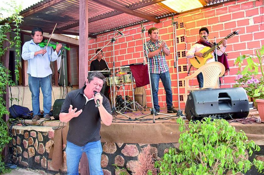 Grupo Luna Chaqueña y el vocalista del grupo Contraste.