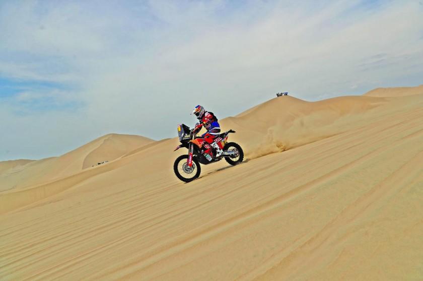 El vigente campeón de motos, el británico Sam Sunderland, se impuso en la primera etapa del Rally Dakar, entre Lima...