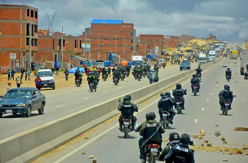 LA PAZ. Transportistas y trabajadores en salud protagonizaron los bloqueos en las salidas de la Sede de Gobierno.