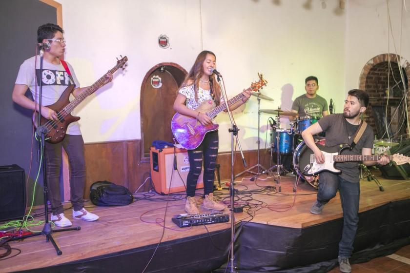 """La banda """"Evia"""" junto a la vocalista """"Monikha Huerta""""."""