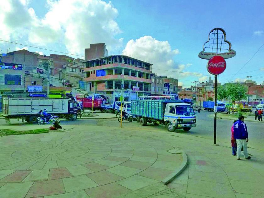UNI. Camiones bloquean la zona del hospital Universitario.