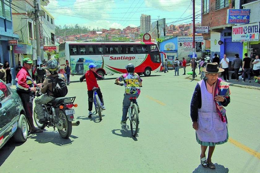 BLOQUEO. Un bus del transporte interprovincial bloquea el paso en la zona de la terminal de buses de Sucre.