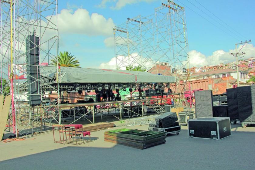 Los preparativos en la avenida Las Américas, donde hoy y mañana, viernes, se desarrollará la Feria Dakar.