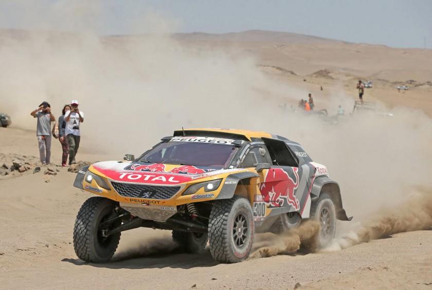 El francés Stephane Peterhansel compite durante la quinta etapa del rally Dakar 2018 entre San Juan de Marcona y...