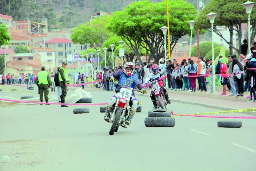 La Feria Dakar se dividió en tres sectores: la vigilia cerca del escenario, los stands productivos y la carrera...