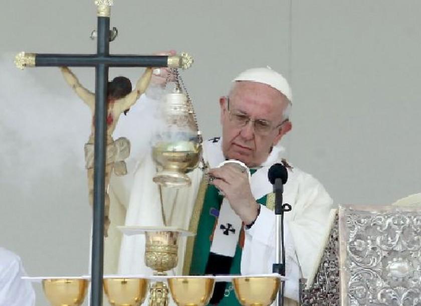 VISITA. El papa Francisco durante la misa multitudinaria que celebró en uno de los parques más grandes de Santiago de...