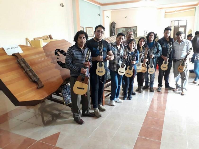 Delegación Sociedad Boliviana del Charango filial Chuquisaca visita el charango más grande del mundo.